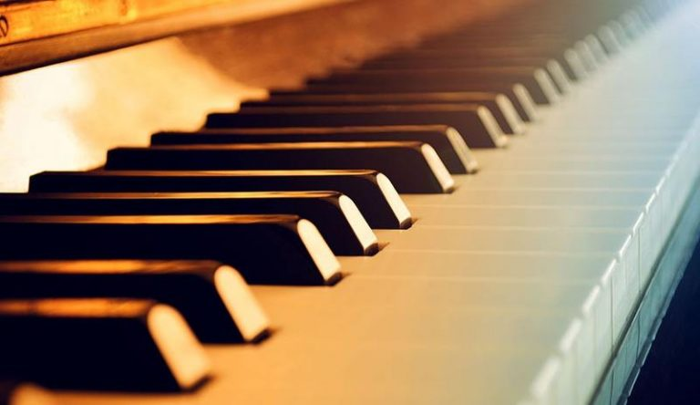 Choose group piano courses or private lessons?
